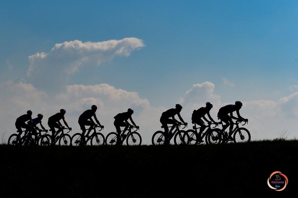 Alcuni ciclisti nelle fasi di corsa della Milano-Sanremo.