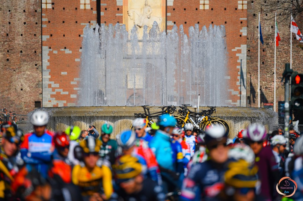 La partenza della Milano-Sanremo in Piazza del Castello a Milano.