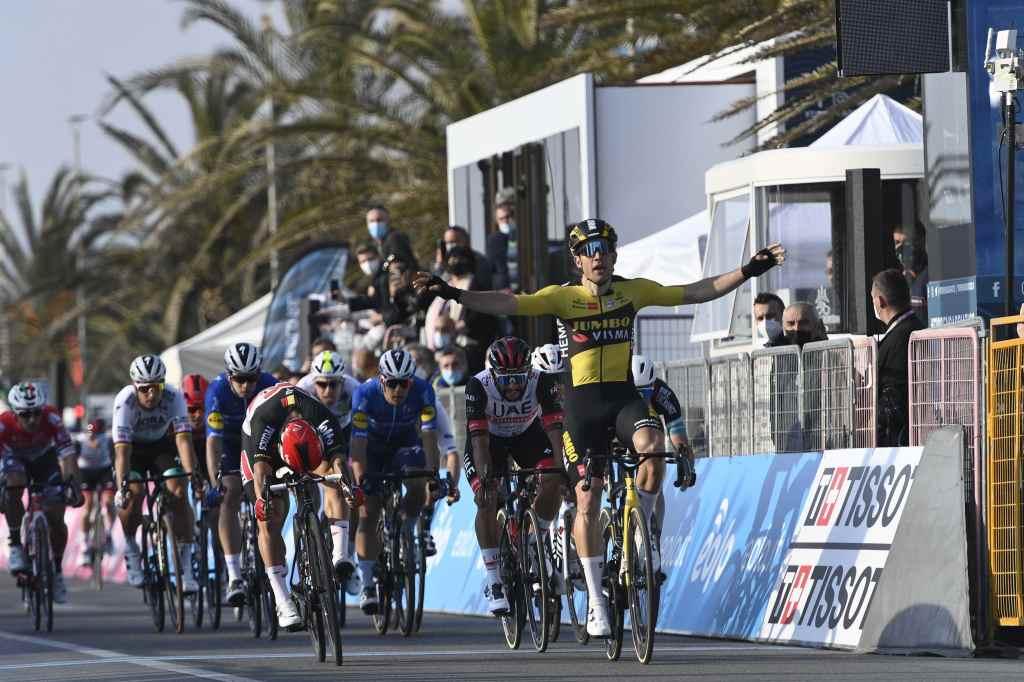 Wout Van Aert esulta sul primo traguardo della Tirreno-Adriatico.