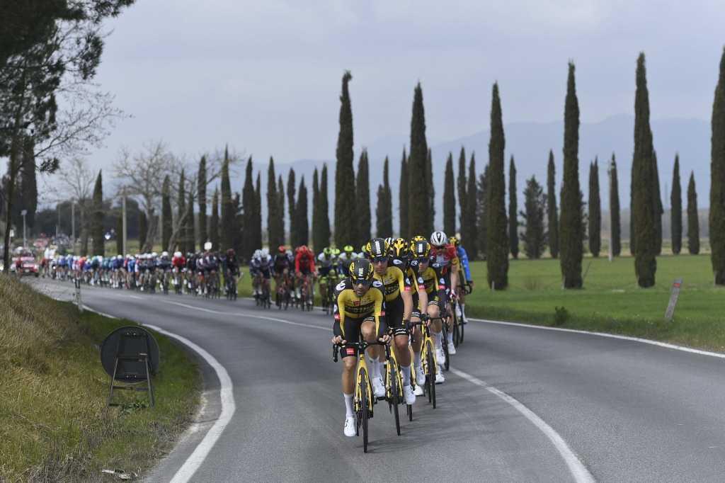 Il plotone nelle fasi iniziali della seconda tappa della Tirreno-Adriatico.