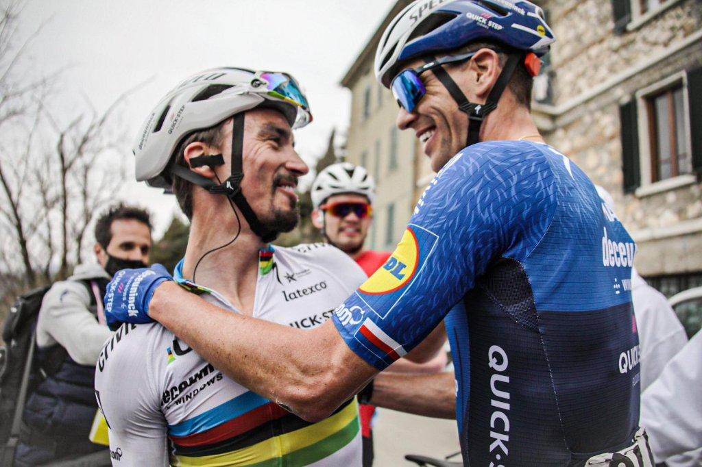 Alaphilippe abbraccia un suo compagno di squadra che si congratula con lui per la vittoria ottenuta.