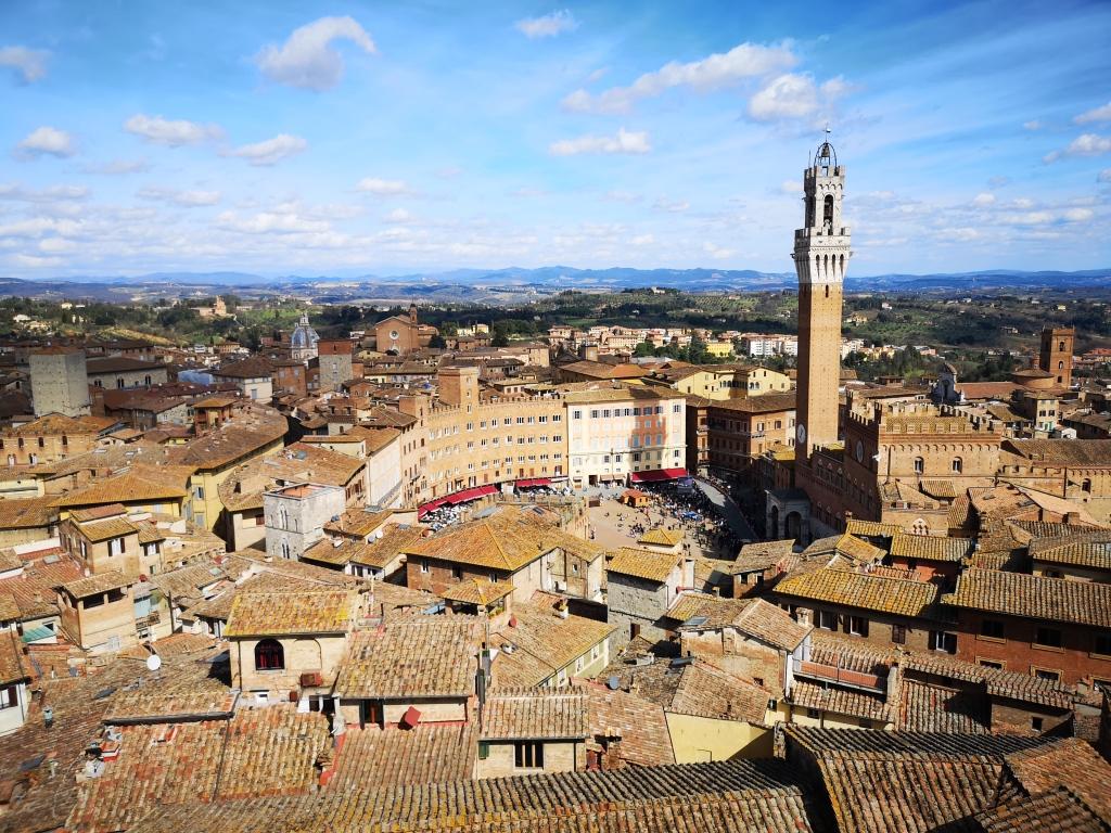 Il punto di osservazione più bello di Siena. Un panorama mozzafiato. Una salita all'interno di una delle testimonianze più importanti della storia senese.