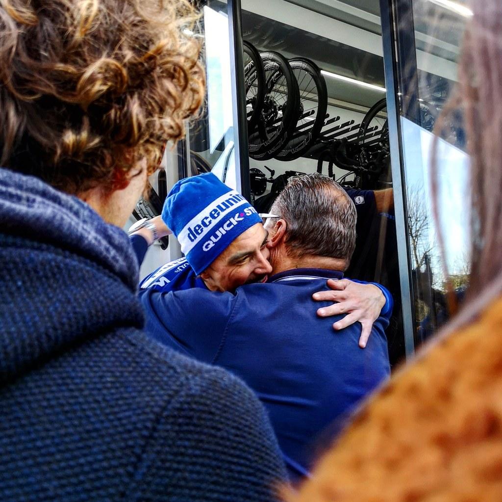 Il vincitore delle Strade Bianche 2019. Un abbraccio che vale più di mille parole! Julian Alaphilippe abbraccia i membri del suo staff.