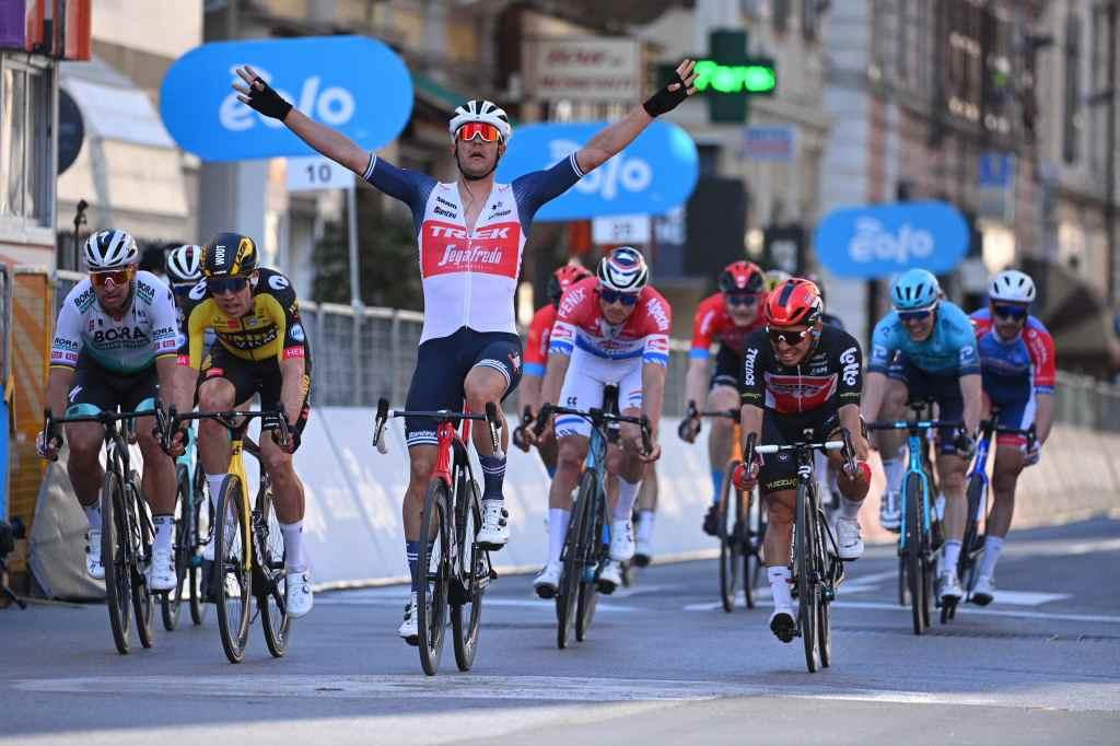 Jasper Stuyven taglia per primo il traguardo della Milano-Sanremo.
