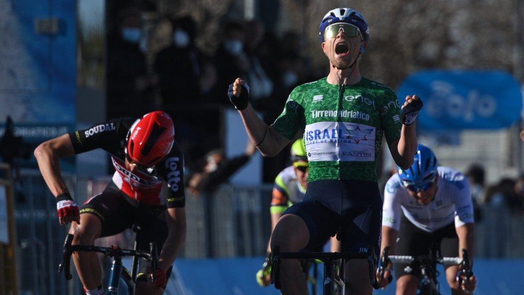 Il vincitore di giornata, Schmidt, urla dopo aver tagliato per primo la linea del traguardo.
