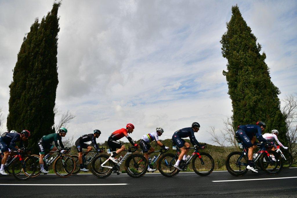 Le prime fasi di corsa della terza tappa della Tirreno-Adriatico