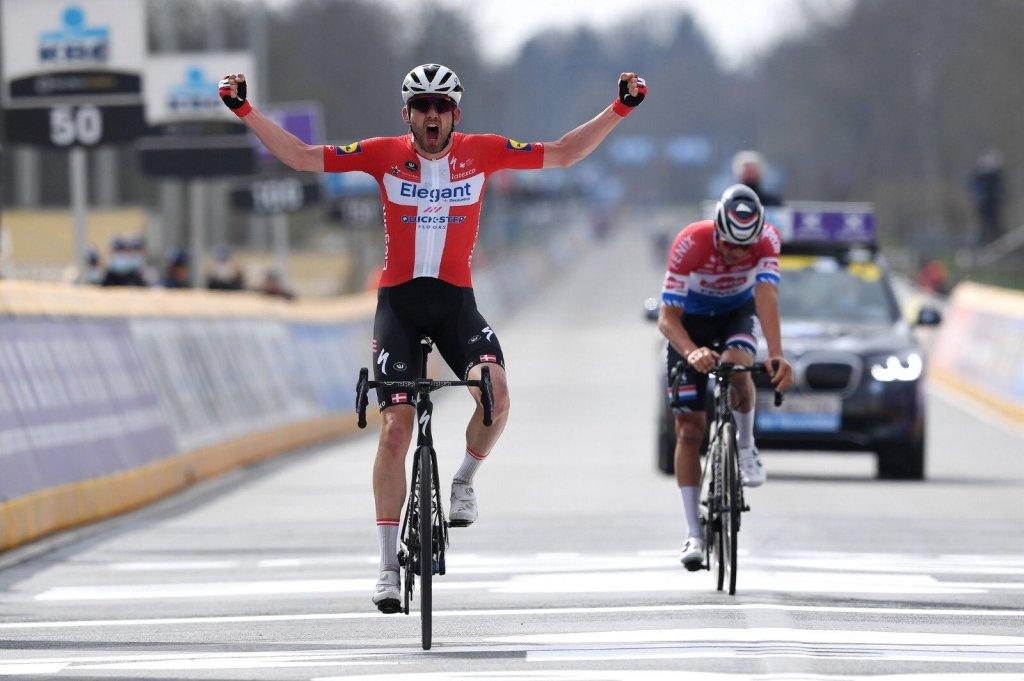 Kasper Asgreen taglia per primo la linea del traguardo della Ronde davanti a Mathieu Van der Poel.