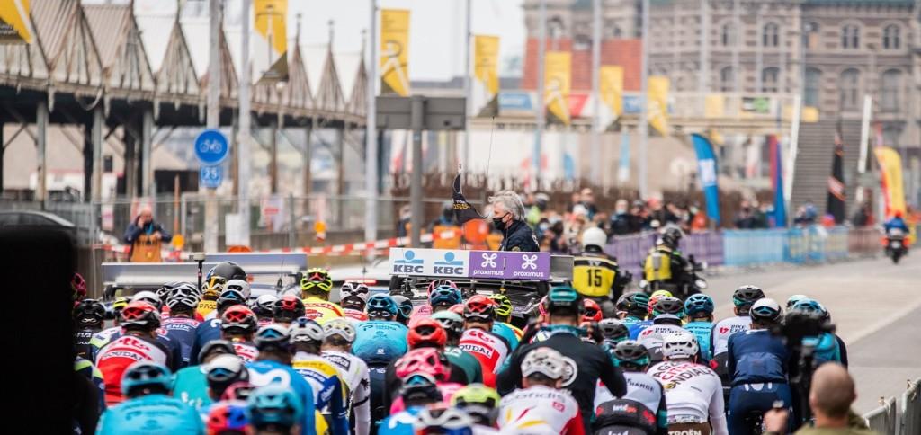 Il gruppo sulle strade di Anversa si dirige verso il chilometro 0.