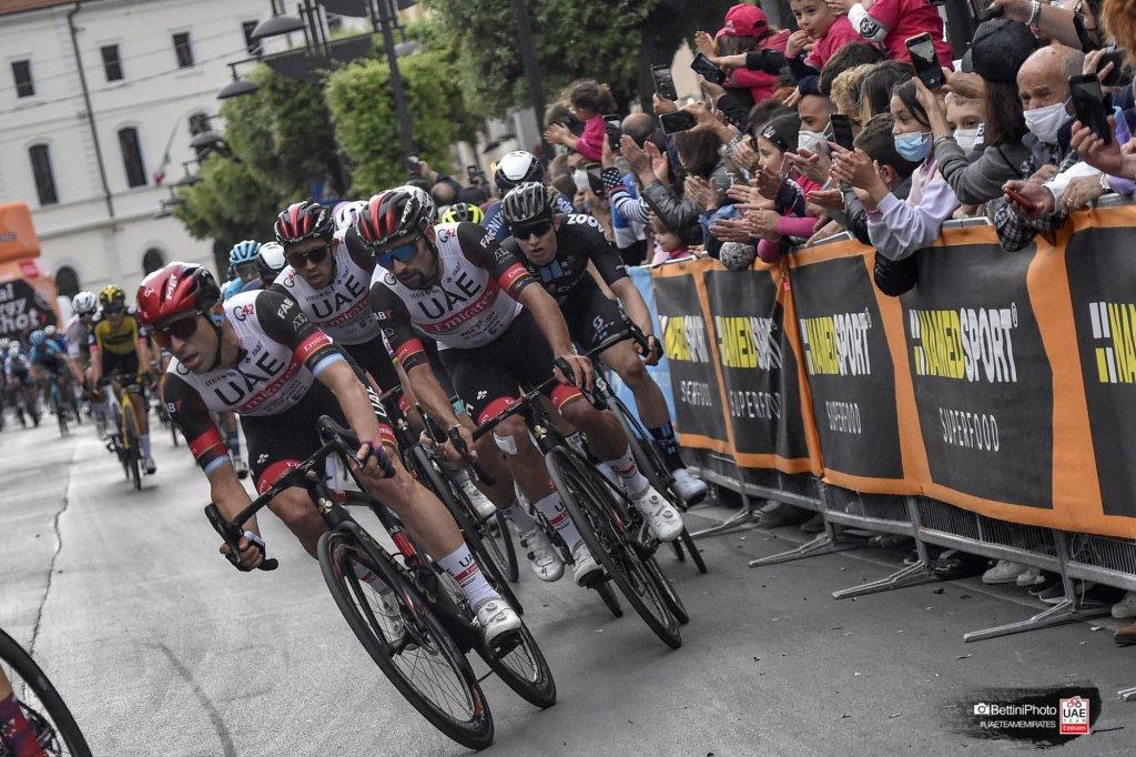 I ciclisti lanciati verso la linea del traguardo
