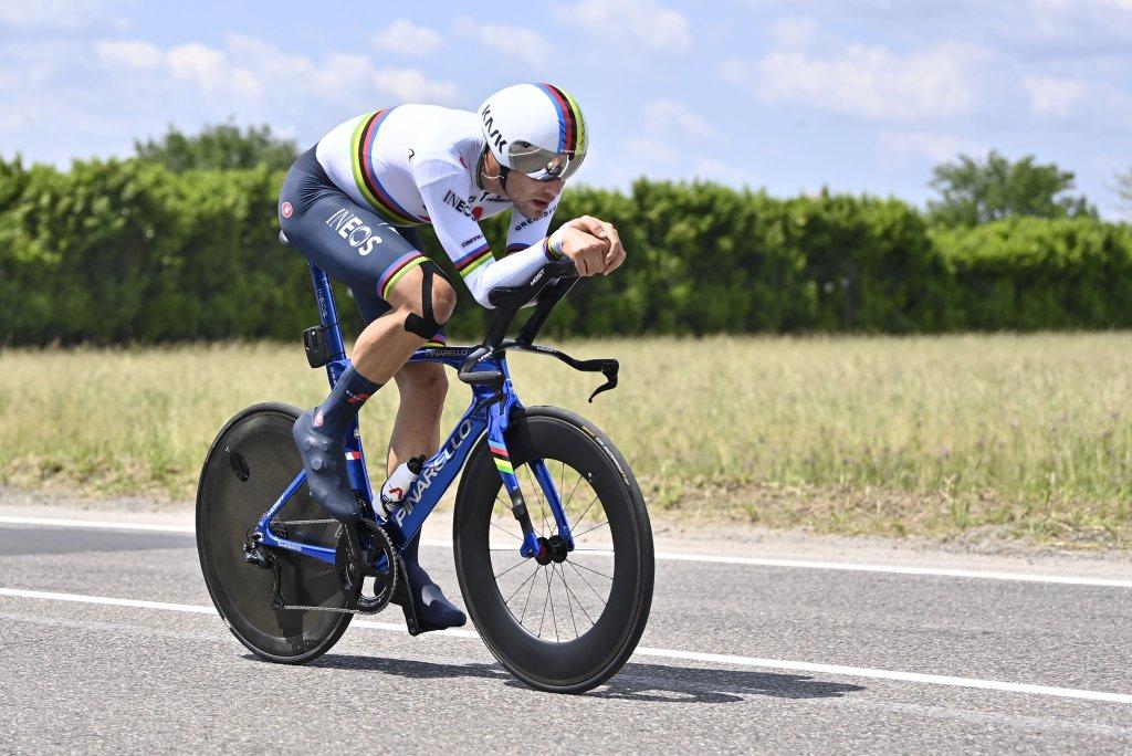 Il campione del mondo a cronometro, Filippo Ganna, alle prese con la cronometro finale del Giro d'Italia