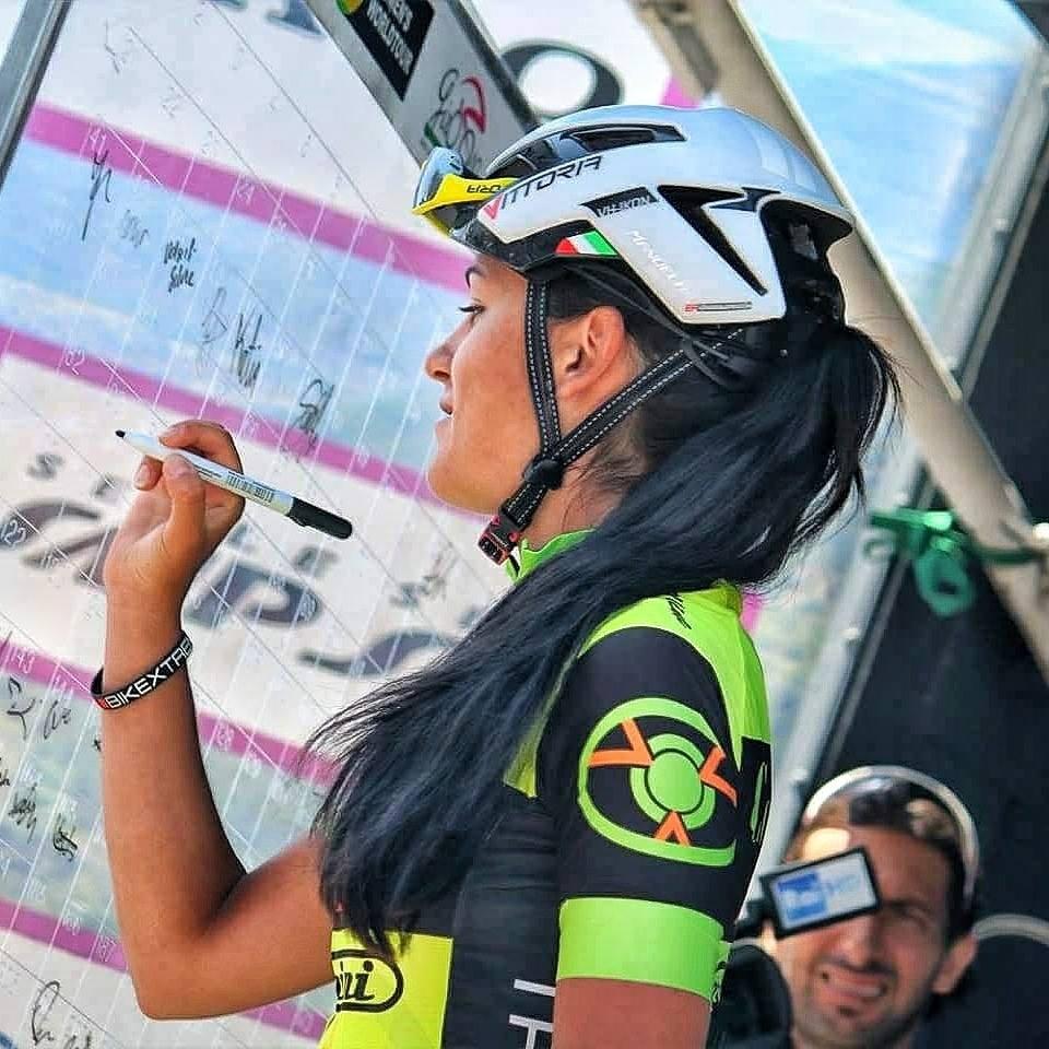 Manuela al foglio firme del Giro Rosa.