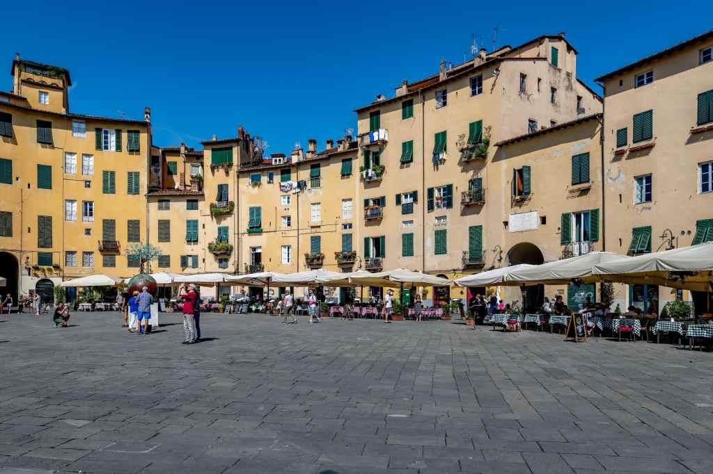 Piazza Anfiteatro Centro Storico di Lucca