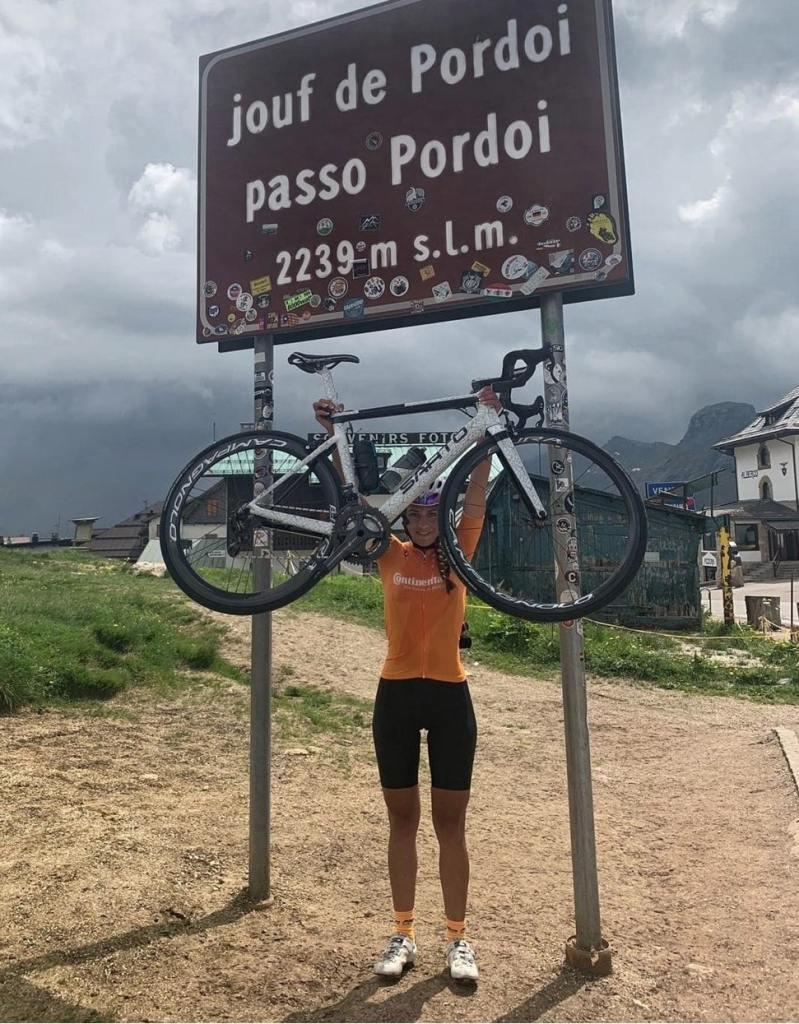 Manuela sotto il cartello di Passo Pordoi