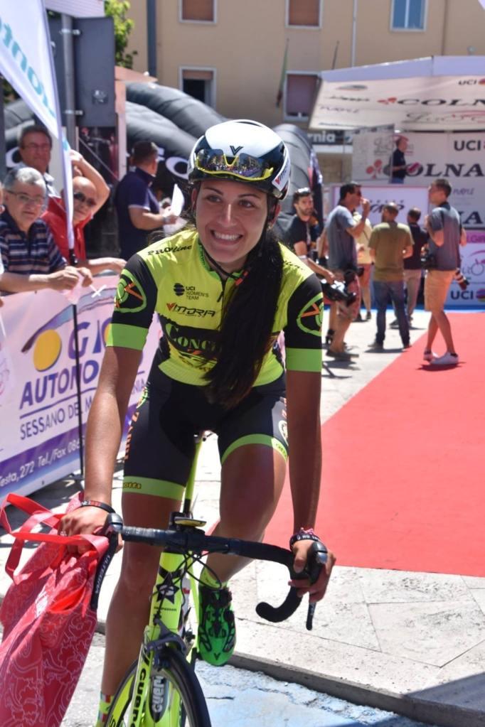Manuela sfoggia il suo sorriso alla partenza del Giro Rosa da Isernia.