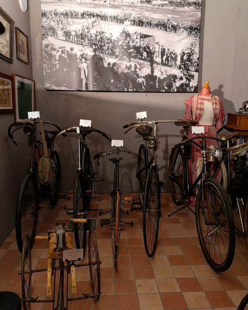Alcune delle biciclette d'epoca all'interno del museo